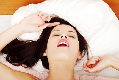 vrouw liggend op bed genietend van fijn orgasme na lezen tips